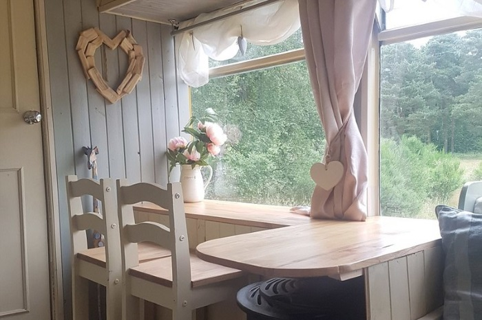 Симпатично декорированный кухонный столик - отличное место для отдыха. | Фото: dailymail.co.uk.