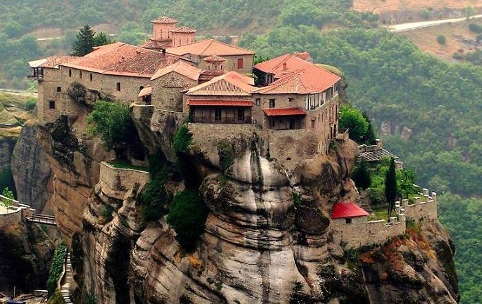Метеоры - один из крупнейших монастырских комплексов Греции.