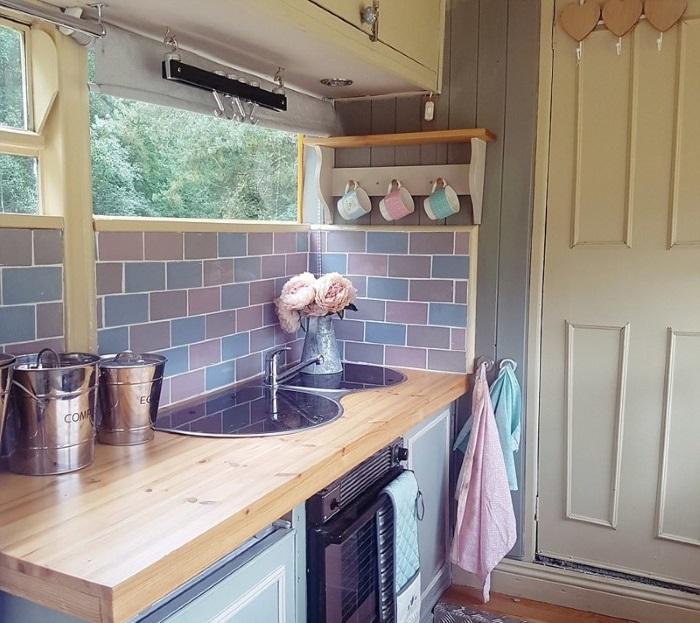 Кухня декорирована красочной плиткой. | Фото: malaysiakubaru.com.