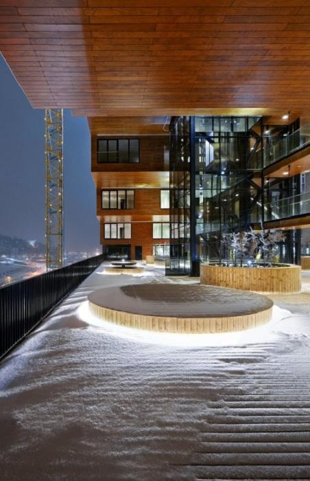 Здание со сквозной террасой.