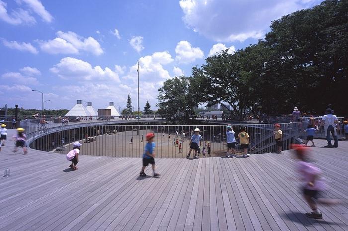 Крыша является одновременно детской площадкой.
