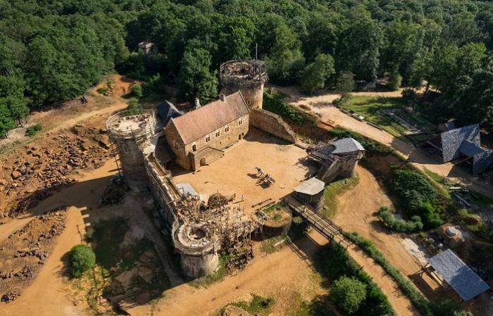 С 1997 года Мишель Гайот и Мэрилин Мартин строят замок.