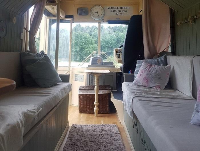 Главная жилая зона получила деревянный пол и два дивана вдоль стен. | Фото: dailymail.co.uk.