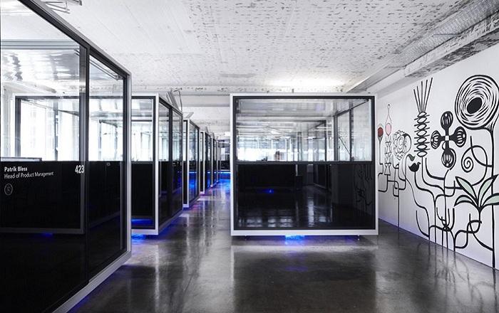 В швейцарском офисе применена концепция витражных окон вместо стен.