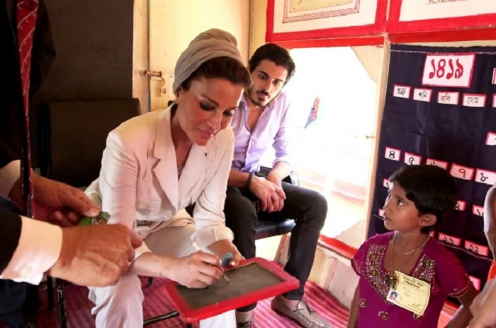 Шейха Моза возглавляет несколько фондов поддержки малоимущих.   Фото: brightside.me.