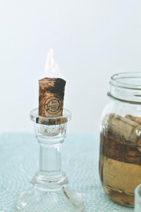 Замочите пробку в ацетоне на неделю. После этого пробка станет отличным фитилем для свечи. | Фото: feroce.co.
