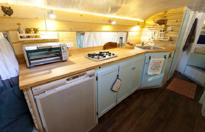 Уютная кухня, оборудованная прямо в старом школьном автобусе.