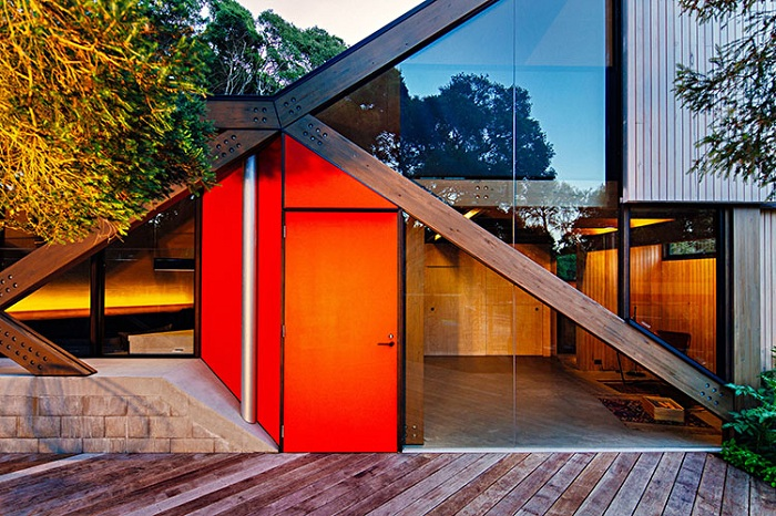 Cabin 2. Дверь как яркий цветовой акцент на фасаде дома.