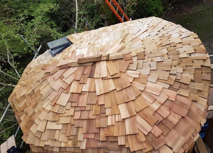 Крыша из натурального дерева.