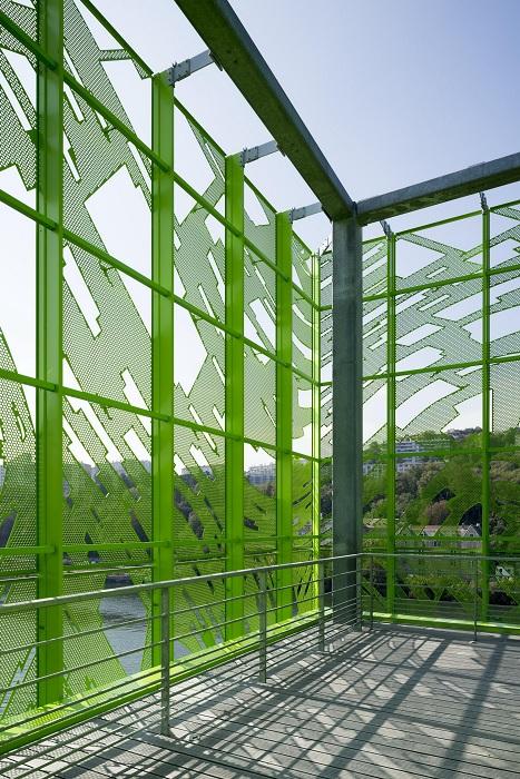 Перфорированный фасад защищает от чрезмерного солнца.