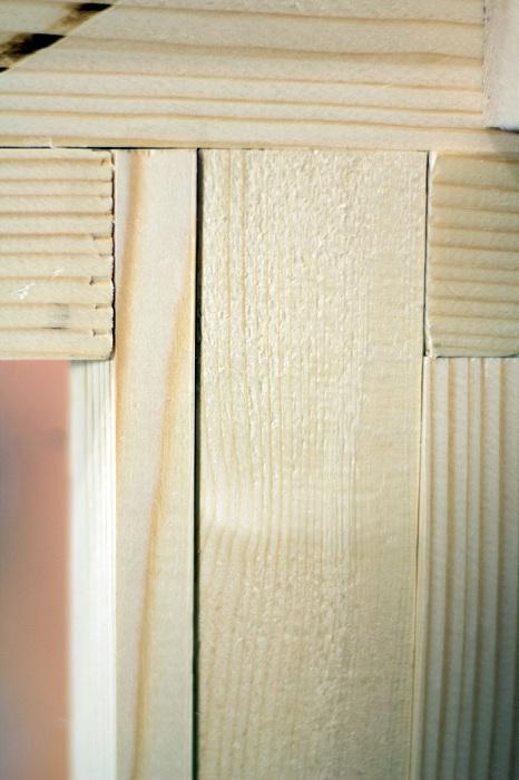 Чтобы каркас не рассыхался, доски крепятся друг к другу под разными углами.