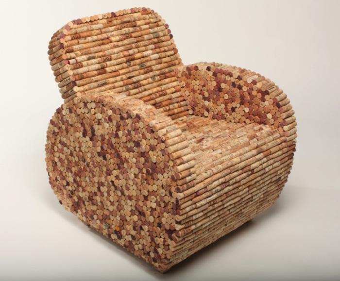 Для создания такого кресла не обойтись без помощи друзей. Ведь пробок понадобится очень много. | Фото: ru.pinterest.com.