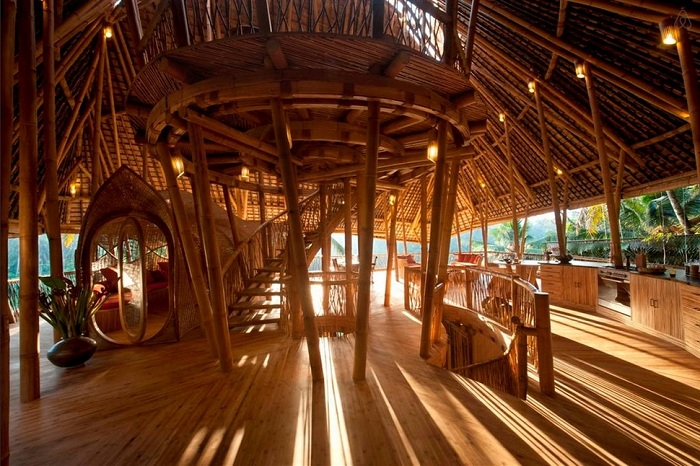Экзотический отель, сделанный из бамбука.