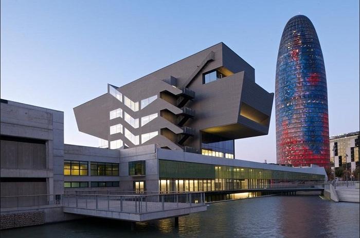Disseny Hub - здание в урбанистическом стиле.