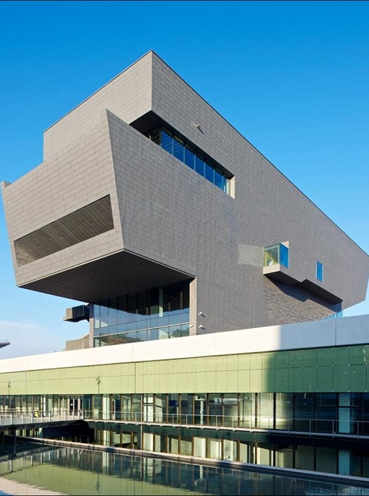 Асимметричное здание в Барселоне.
