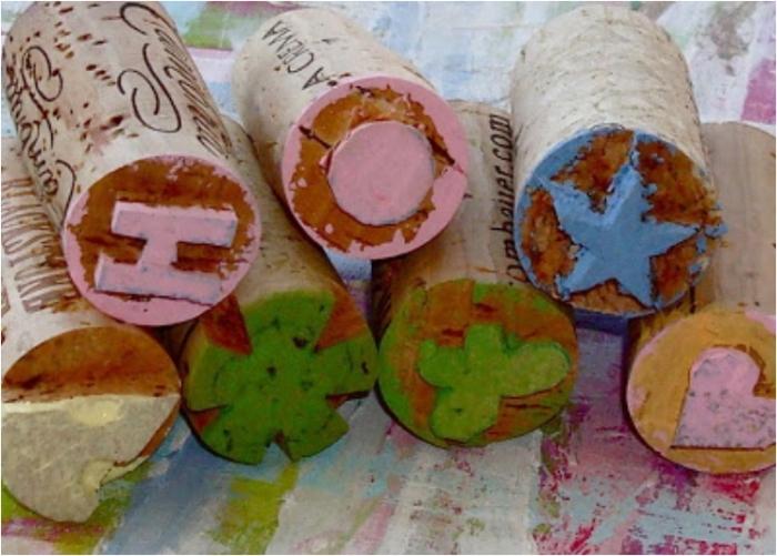 Нужно всего лишь фигурно обрезать кончики пробок и окунать их в цветные чернила. | Фото: lilblueboo.com.
