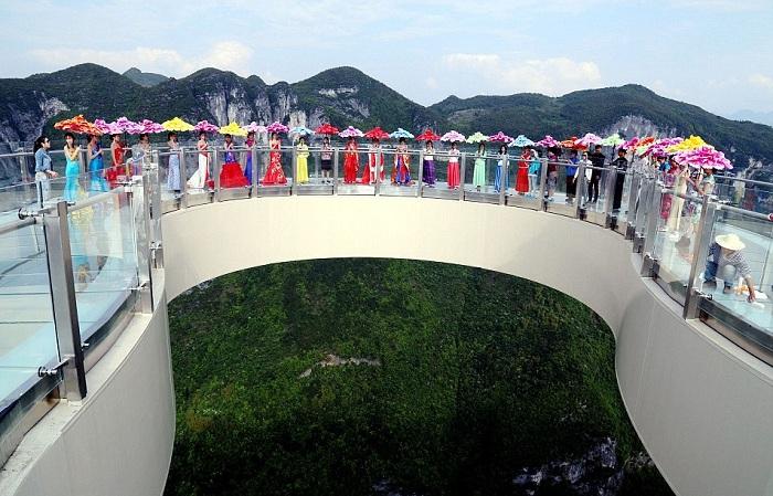 Потрясающая консольная дорожка, расположенная в провинции Сычуань.