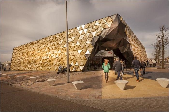 Торговый павильон, напоминающий золотой самородок.