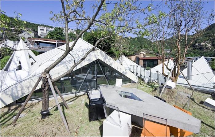 Открытая терраса на крыше дома.