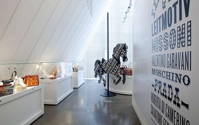Внутреннее оформление музея сумок.
