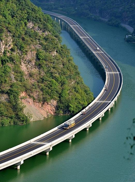 Панорама на мост, построенный в реке.