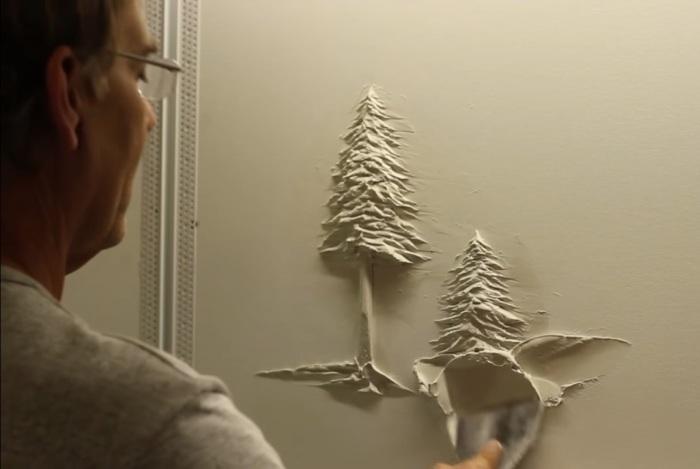 Берни Митчелл работает со штукатуркой.