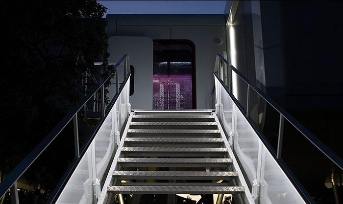 Вместо лестницы в доме установлен трап от самолета.