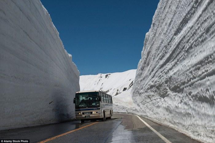 Tateyama Kurobe Alpine Route - дорога в снежном туннеле.