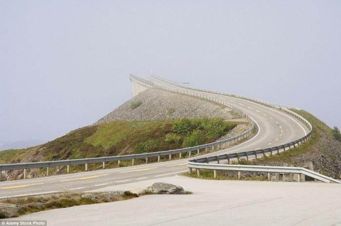 The Atlantic Ocean Road - живописный участок дороги в Норвегии с 8 мостами.