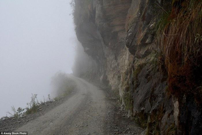 Опасная горная дорога на территории Боливии.