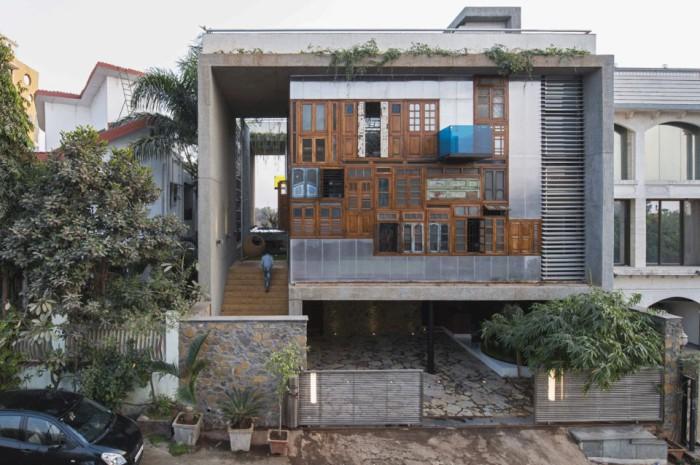 Дом с эклектичным фасадом из старых рам и дверей в Индии.