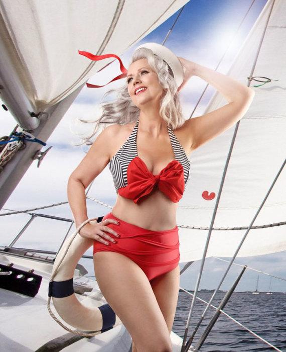 В этой морячке в стиле пин-ап не узнать обычную женщину 58 лет.