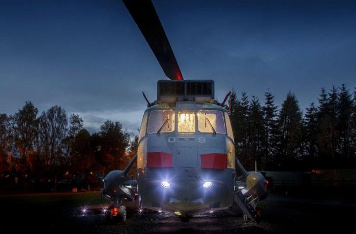 Вертолет ZA127 Sea King, переделанный в гостиничный номер.