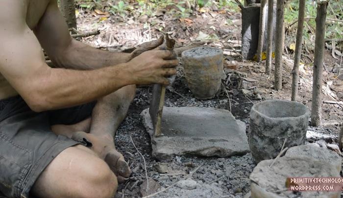 Чтобы глиняная заготовка не прилипала к камню, ее обмазывают золой.