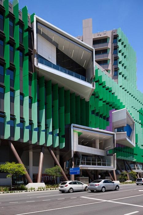 Зеленый фасад детской больницы.