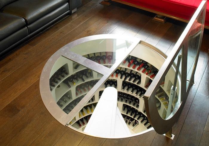 Спиральный винный погреб, построенный в гостиной.