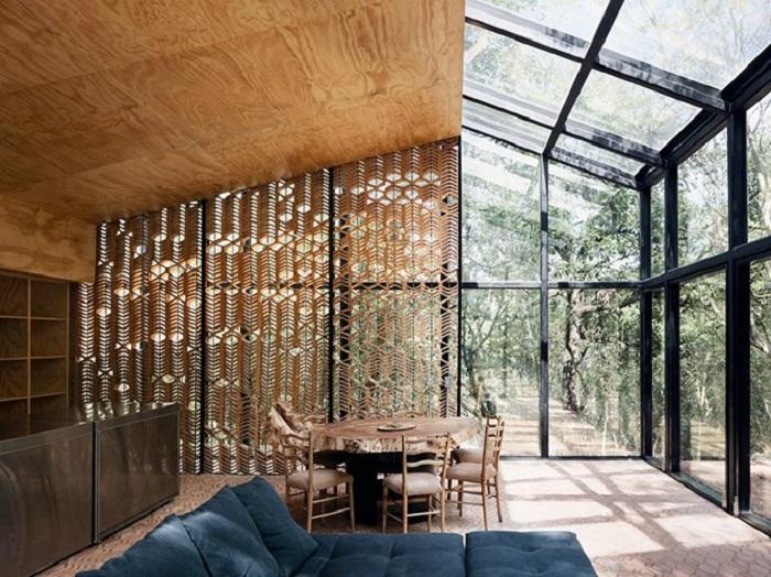 Интерьер гостиной и столовой в стеклянном доме.