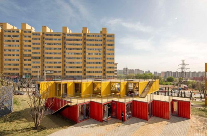 Желто-красный офисный павильон из контейнеров.