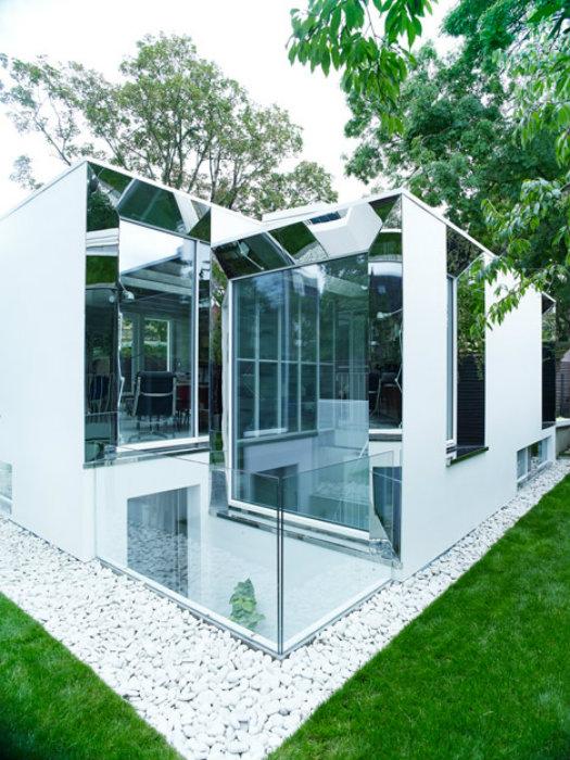 Зеркальный фасад дома Covert House.