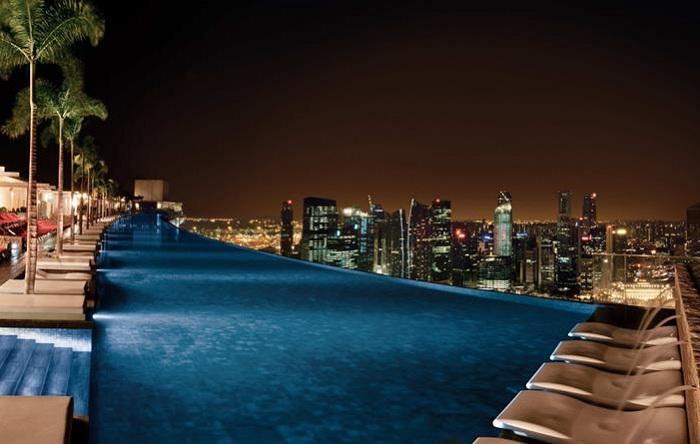 Бассейн на крыше отеля Marina Sands Bay Resort.