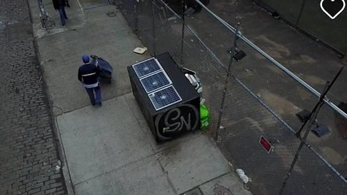 Мусорный контейнер с солнечными батареями.