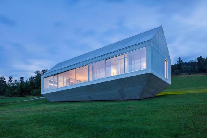 Бетонный особняк с четкими геометрическими формами.