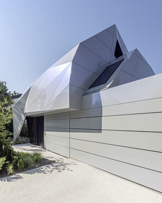 Дом с фасадом из геометрических линий.