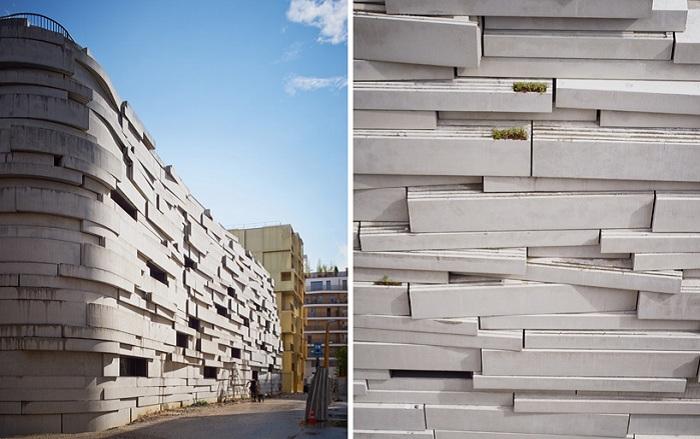 Стена из выпирающих бетонных блоков.