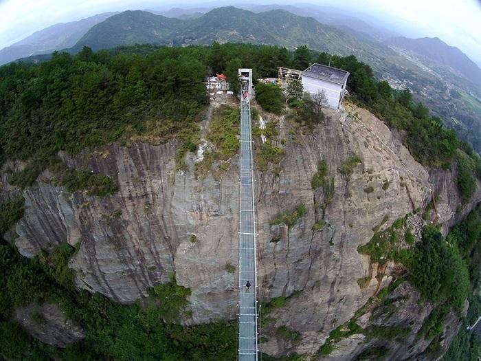 Стеклянный мост длинной 300 метров.