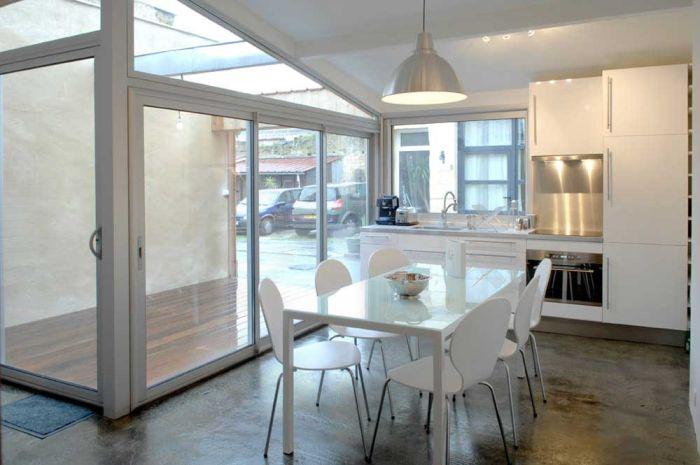 Столовая и кухня в доме, переделанном из гаража.