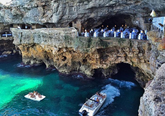 Grotta Palazzese - ресторан, расположенный в гроте диаметром 30 метров.
