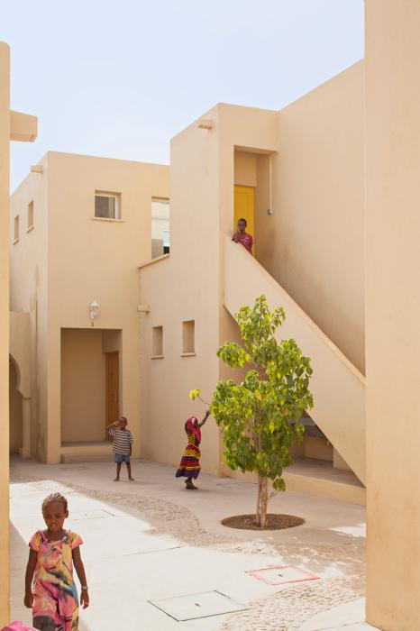 Дома построены очень близко, чтобы в тени от стен детям было комфортно играть на улице.