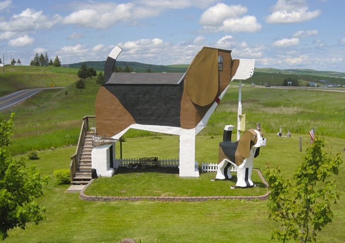 The Dog Bark Park Inn - придорожный отель в виде собаки.