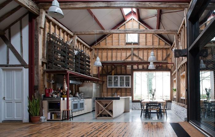 Ancient Party Barn. Интерьер.